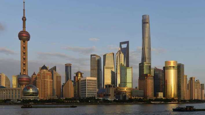 Skyline am Huangpu-Fluss mit Oriental Pearl Tower und Shanghai Tower, China