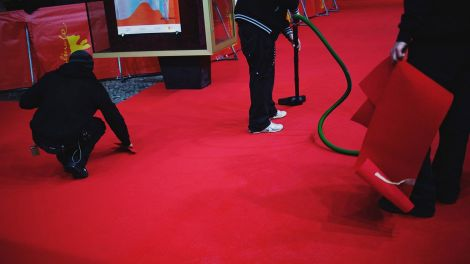 Cleaning Carpet Before Robert Pattinson Comes (Bild: Clara Nebeling)